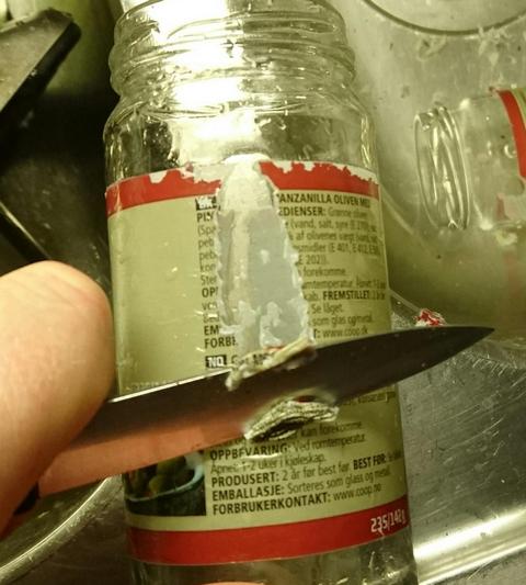Skrap av etikettene fra glasset
